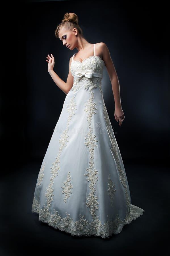 Het mooie jonge fiancee stellen in witte kleding stock foto's