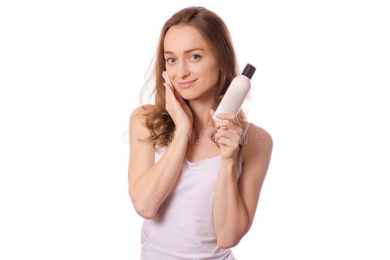 Het mooie jonge gel van het vrouwen tonische micellar water voor katoenen van de gezichtswas stootkussens stock afbeelding
