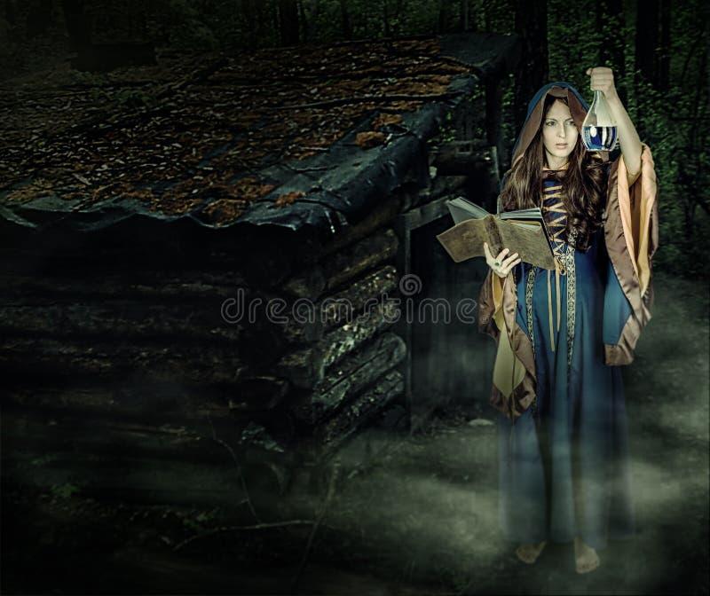 Het mooie jonge Halloween-heksenmeisje magisch gieten royalty-vrije stock foto's
