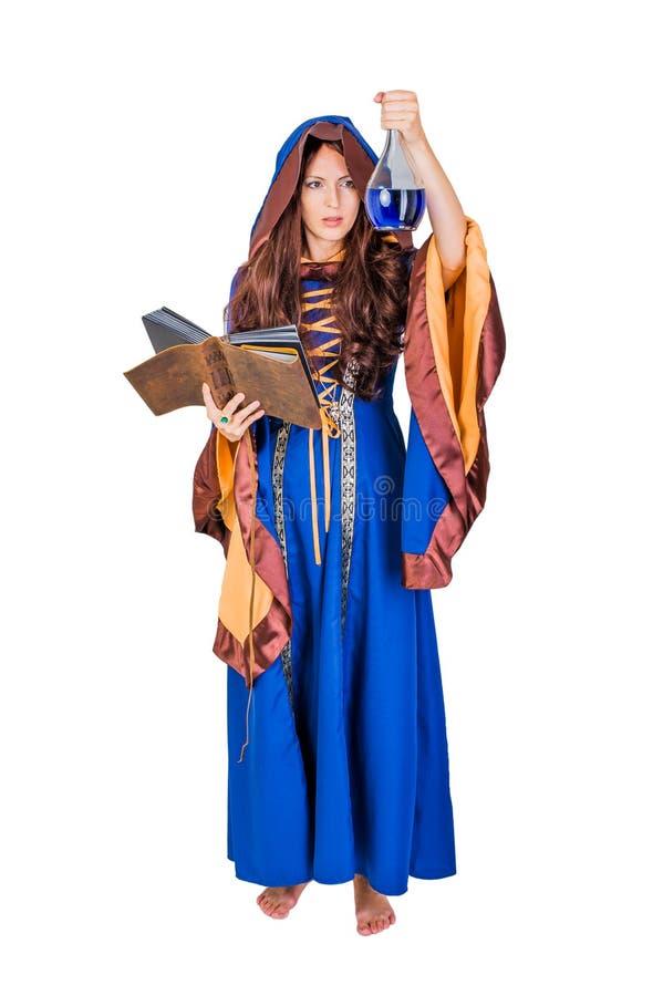 Het mooie jonge Halloween-heksenmeisje magisch gieten royalty-vrije stock afbeelding