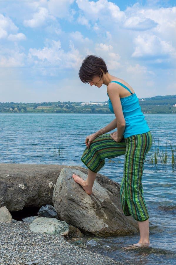 Het mooie jonge Kaukasische vrouw koelen weg in het meer op een de zomerdag in Sapanca, Turkije stock foto's