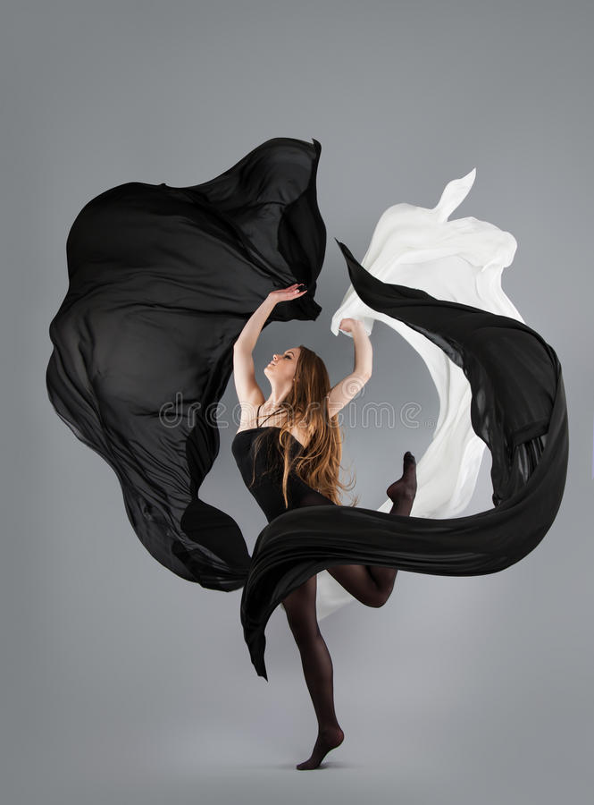 Het mooie jonge meisje dansen zwart-witte stof in motie royalty-vrije stock foto's