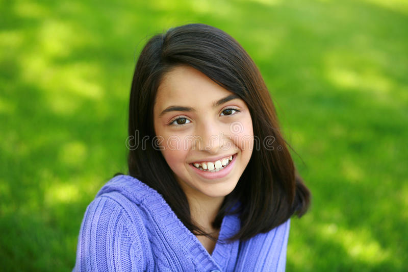 Het mooie jonge meisje glimlachen royalty-vrije stock afbeeldingen