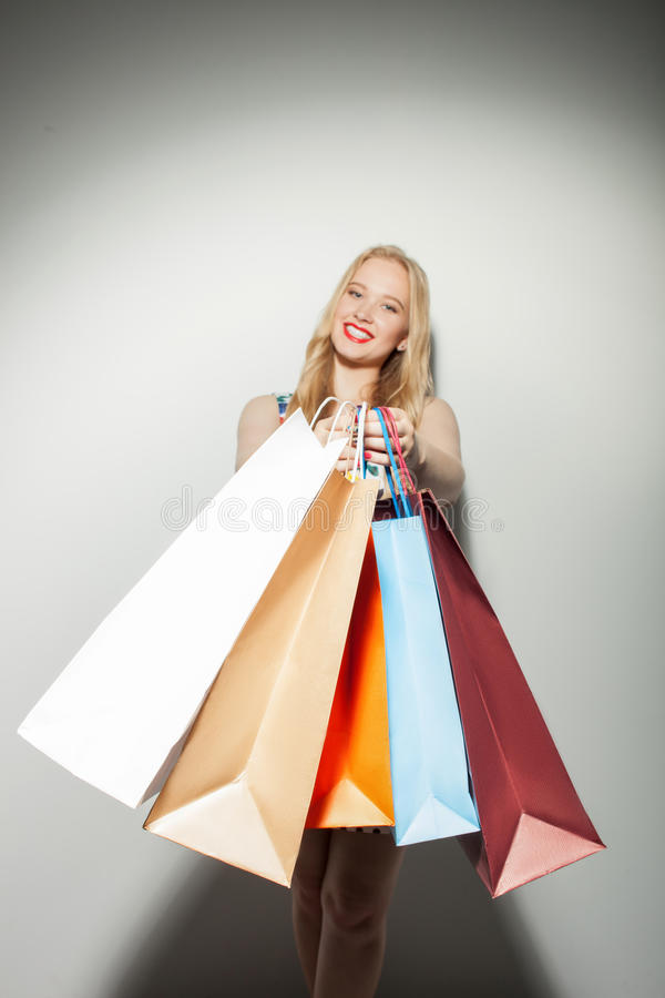 Het mooie jonge meisje heeft een gift voor u gekocht stock foto