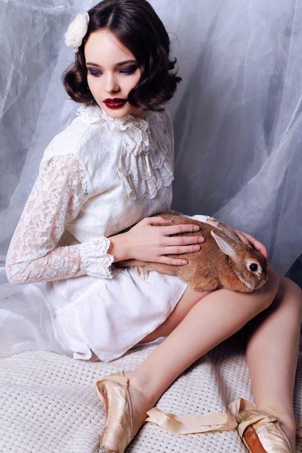 Het mooie jonge meisje met donker kort haar draagt retro kleren royalty-vrije stock foto