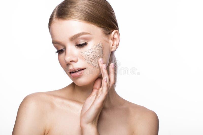 Het mooie jonge meisje met schrobt op de huid, Franse manicure Het Gezicht van de schoonheid stock fotografie