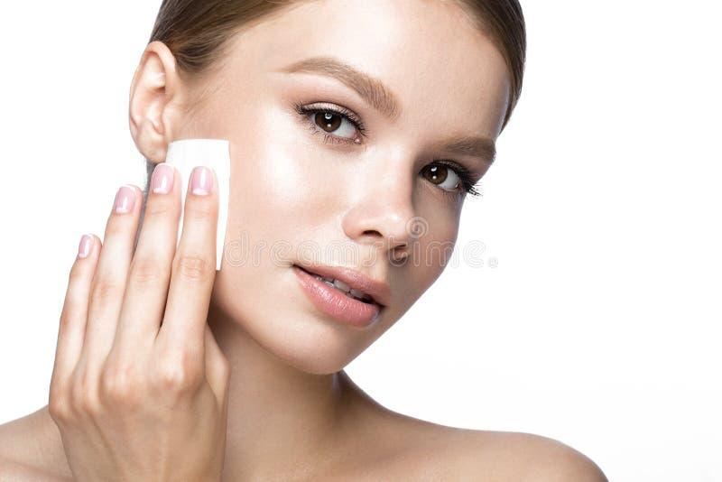 Het mooie jonge meisje met veegt voor het verwijderen van make-up en Franse manicure af Het Gezicht van de schoonheid stock foto's