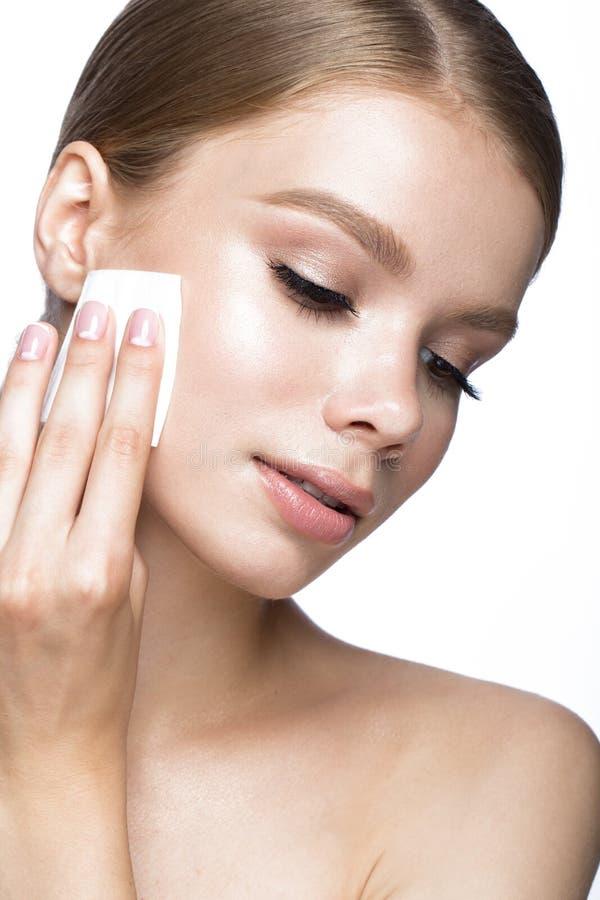 Het mooie jonge meisje met veegt voor het verwijderen van make-up en Franse manicure af Het Gezicht van de schoonheid stock fotografie