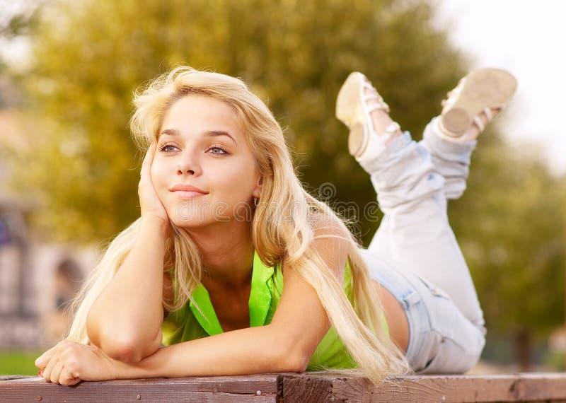 Het mooie jonge meisje ontspannen royalty-vrije stock afbeeldingen