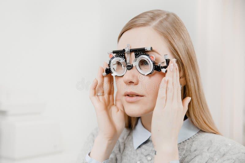 Het mooie jonge meisje van het portretblonde met haar mond op een kier en lichte het loensen blauwe ogen speciale oog stock fotografie