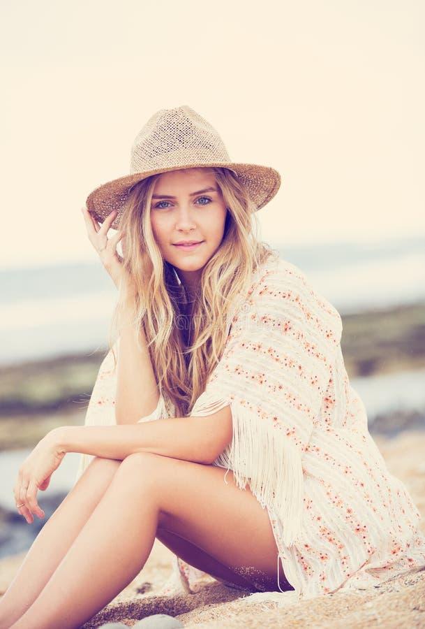 Het mooie jonge meisje, vormt uitstekende kleur stock fotografie
