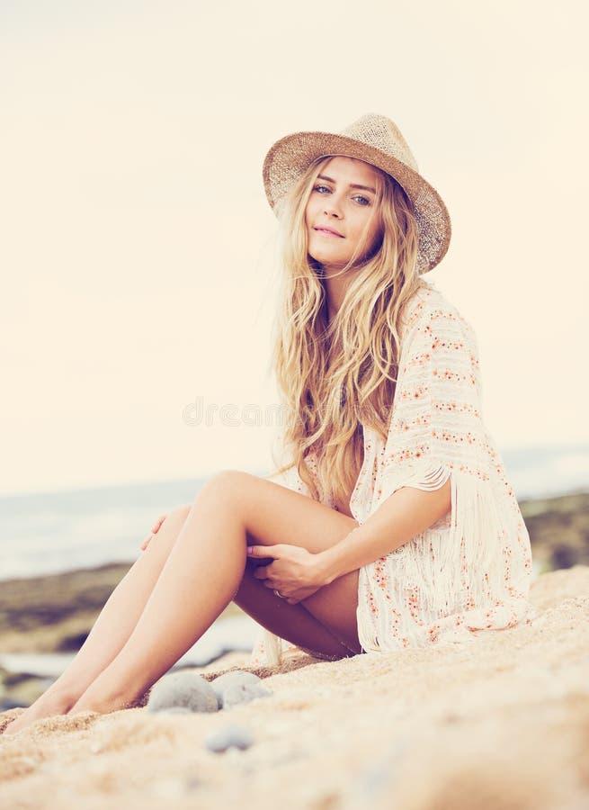 Het mooie jonge meisje, vormt uitstekende kleur stock afbeelding
