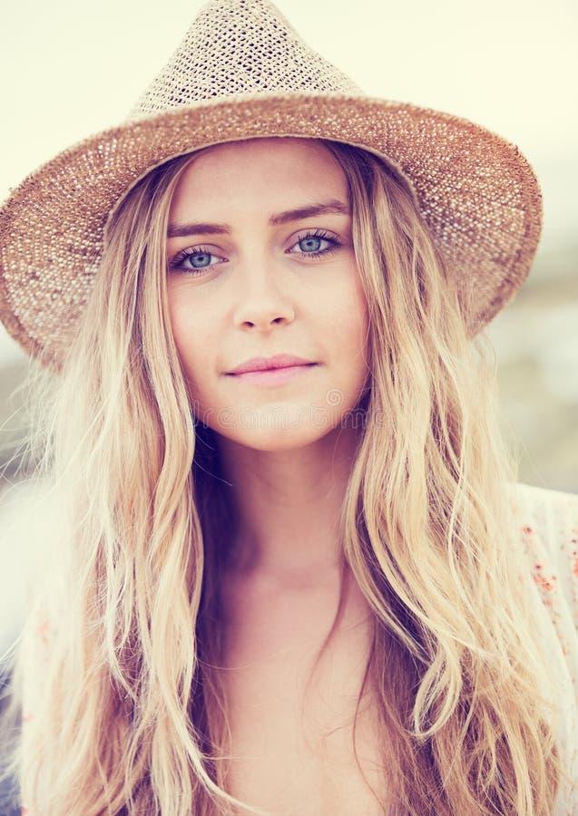 Het mooie jonge meisje, vormt uitstekende kleur royalty-vrije stock afbeeldingen