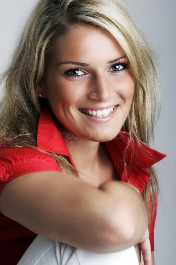Het mooie jonge model stellen in toevallig stock foto
