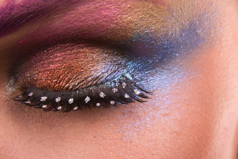 Het mooie jonge model van de kunst heldere make-up op lichte achtergrond royalty-vrije stock afbeeldingen