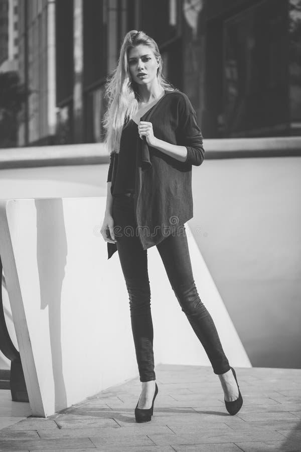 Het mooie jonge modelvrouw stellen in modern architectuurmilieu stock afbeelding