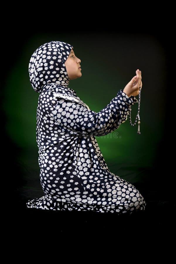 Het mooie Jonge Moslimmeisje Bidden stock afbeeldingen