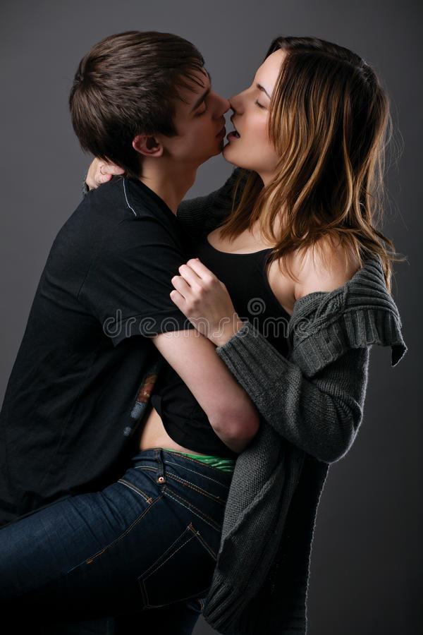 Het mooie jonge paar kussen royalty-vrije stock afbeeldingen