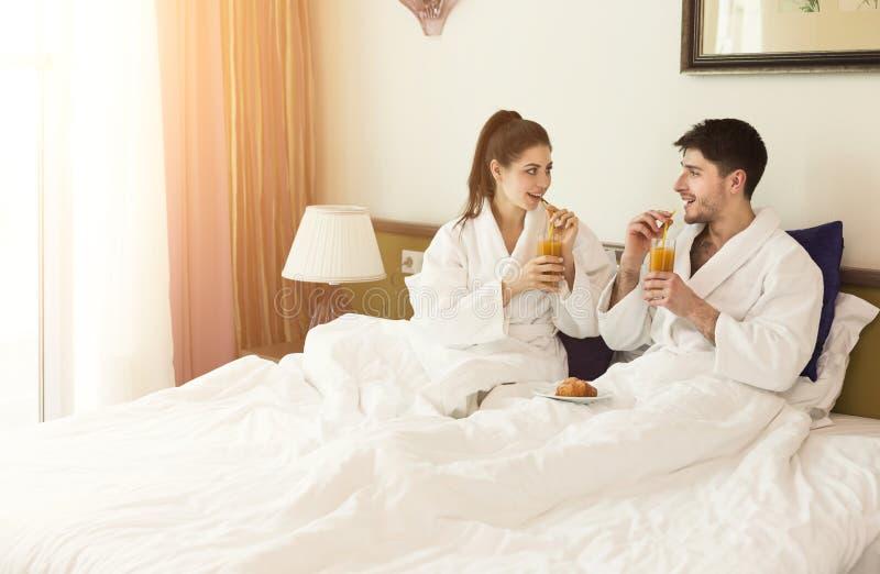 Het mooie jonge paar ontspannen in hotel stock foto