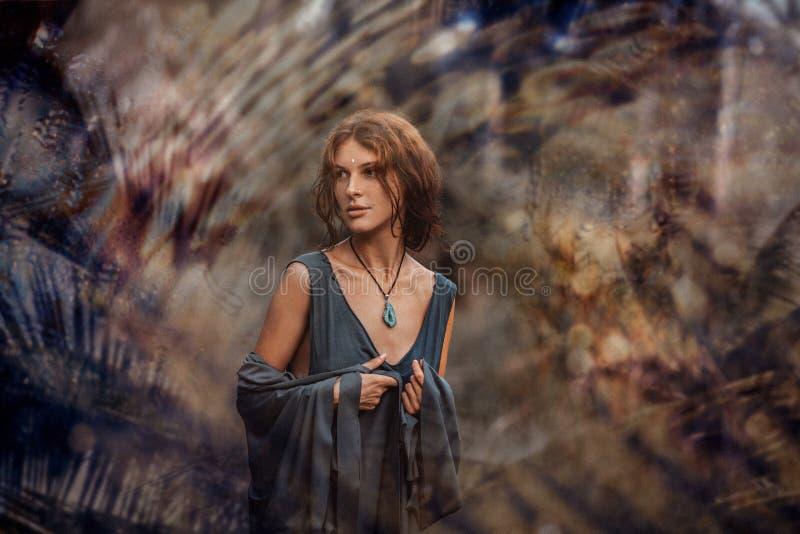 Het mooie jonge portret van de bohovrouw in openlucht bij zonsondergang stock fotografie