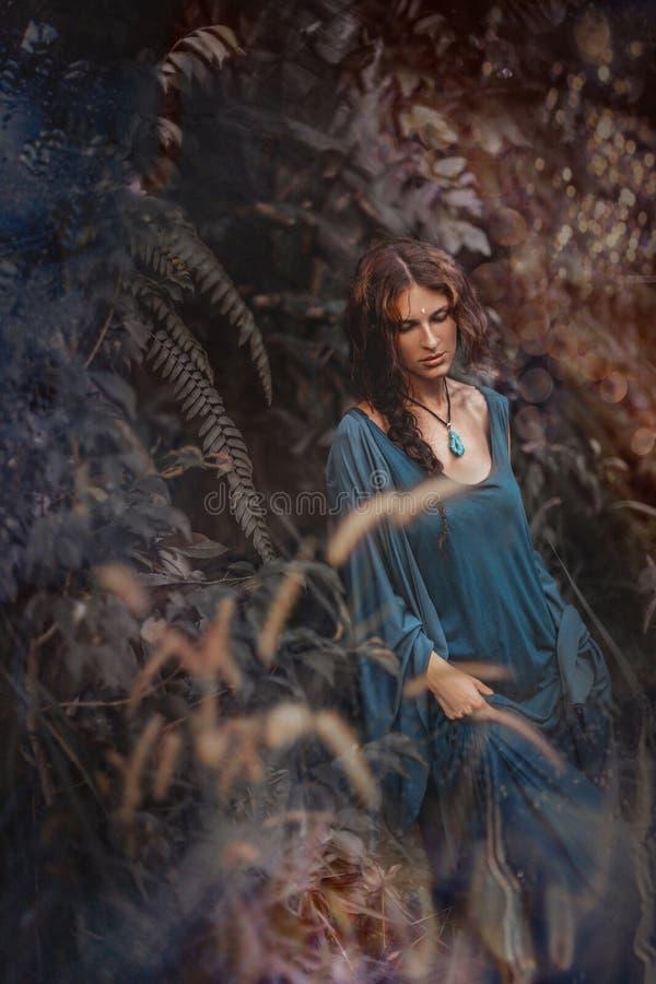 Het mooie jonge portret van de bohovrouw in openlucht bij zonsondergang stock afbeeldingen