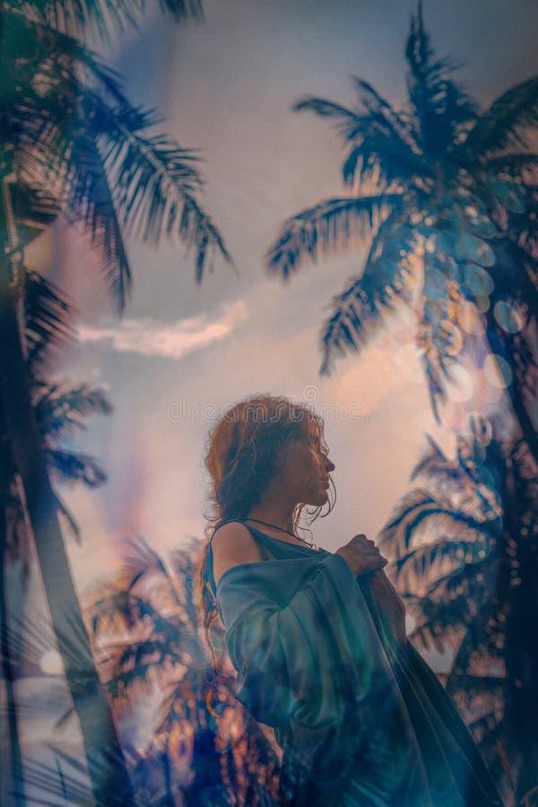 Het mooie jonge portret van de bohovrouw in openlucht bij zonsondergang Dubbele blootstelling Textuur royalty-vrije stock fotografie