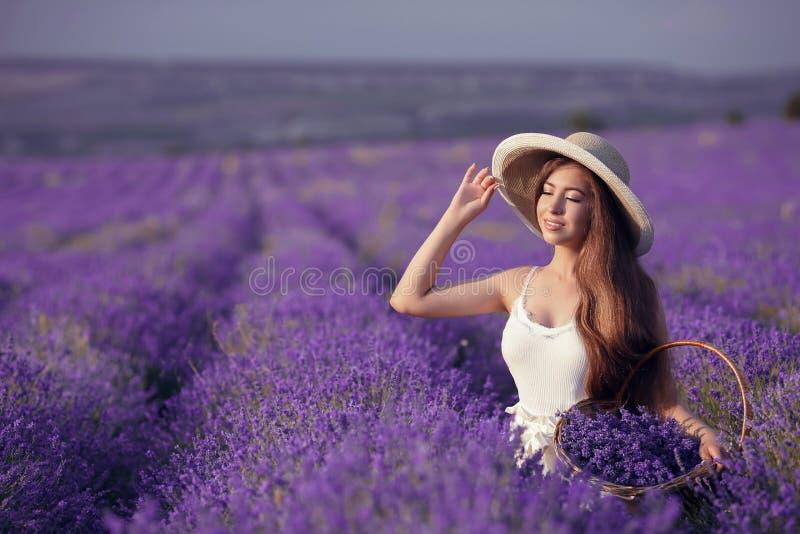 Het mooie jonge portret van het tienermeisje in openlucht Brunette in hoedenverstand royalty-vrije stock foto's