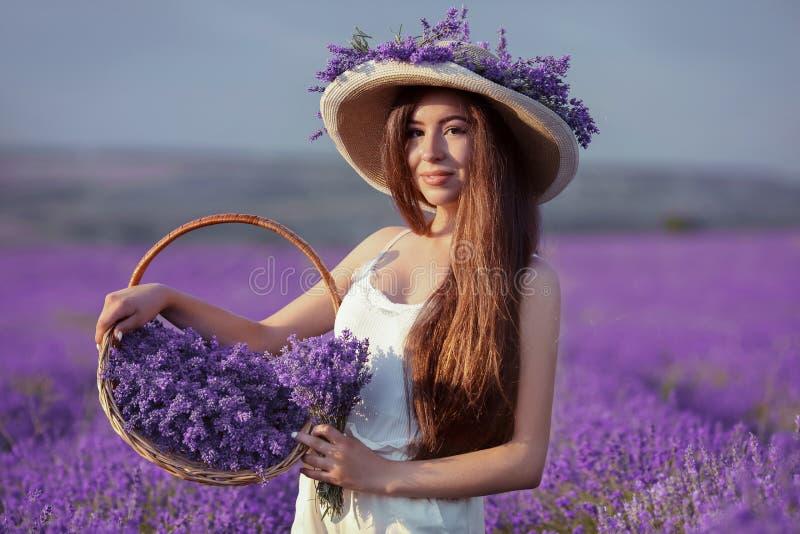 Het mooie jonge portret van het tienermeisje in openlucht Brunette in hoedenverstand royalty-vrije stock afbeeldingen