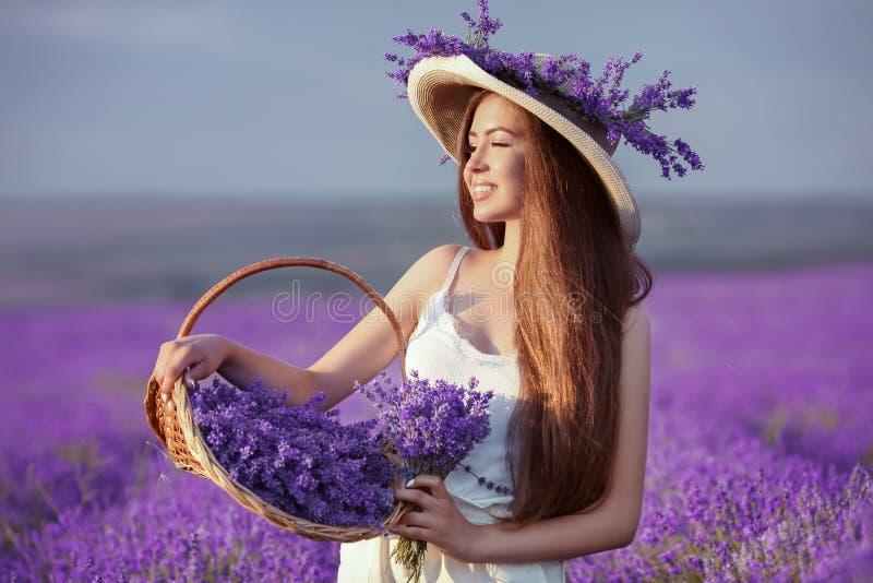 Het mooie jonge portret van het tienermeisje in openlucht Brunette in hoedenverstand royalty-vrije stock afbeelding