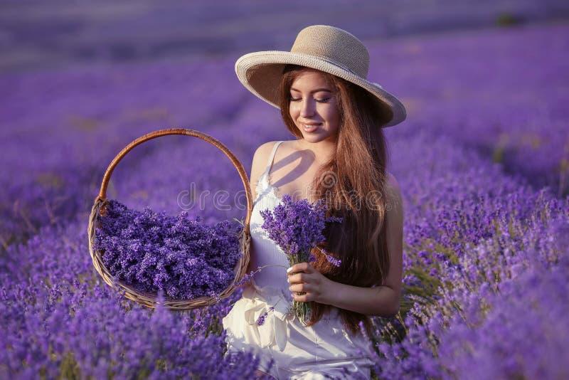 Het mooie jonge portret van het tienermeisje in openlucht Brunette in hoedenverstand royalty-vrije stock foto