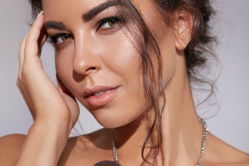 Het mooie jonge sexy brunette met mooie samenstellings natuurlijke schoonheid kleedde zich in modieuze modieuze avondjurk voor pr stock foto