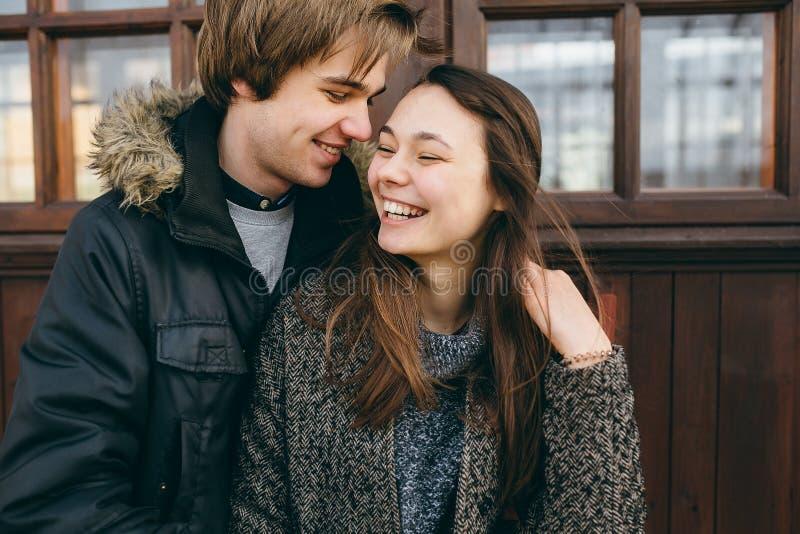 Het mooie jonge volwassen paar stellen bij camera royalty-vrije stock foto