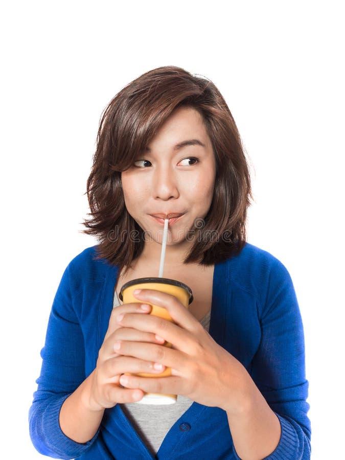 Het mooie jonge vrouw drinken in gele document kop met stro o royalty-vrije stock foto's