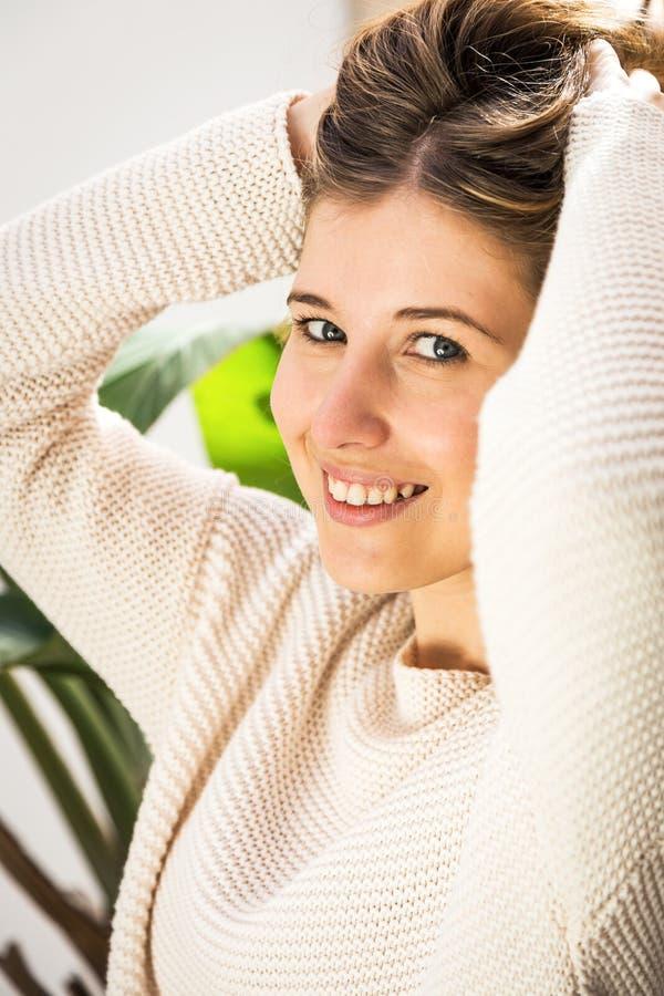 Het mooie jonge vrouw glimlachen stock afbeeldingen