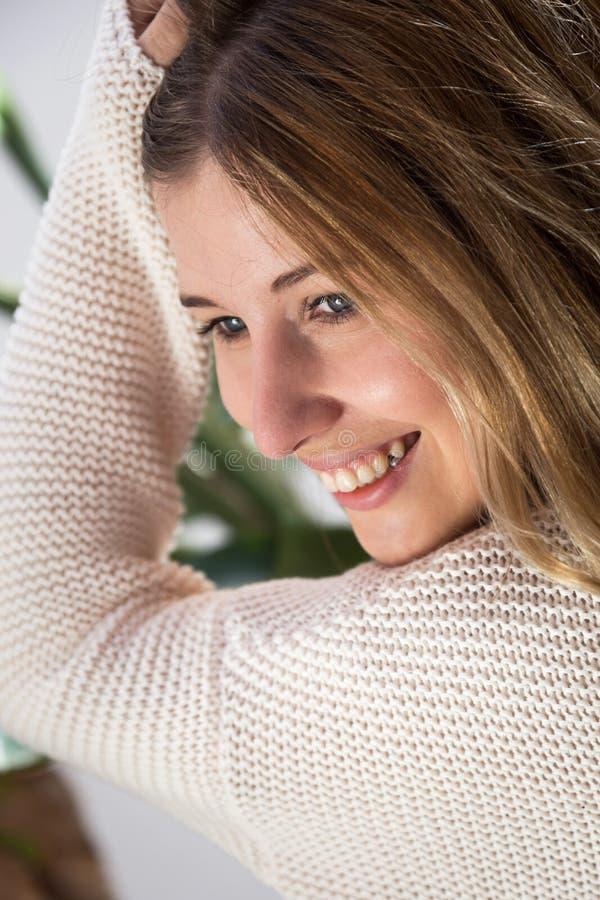 Het mooie jonge vrouw glimlachen royalty-vrije stock foto's