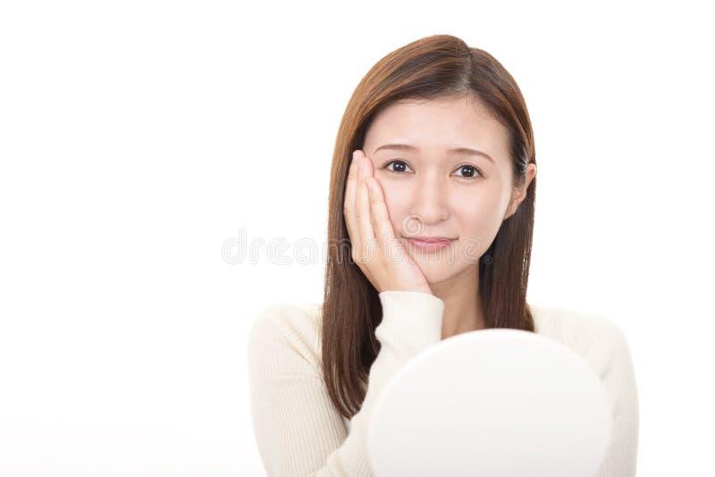 Het mooie jonge vrouw glimlachen stock foto