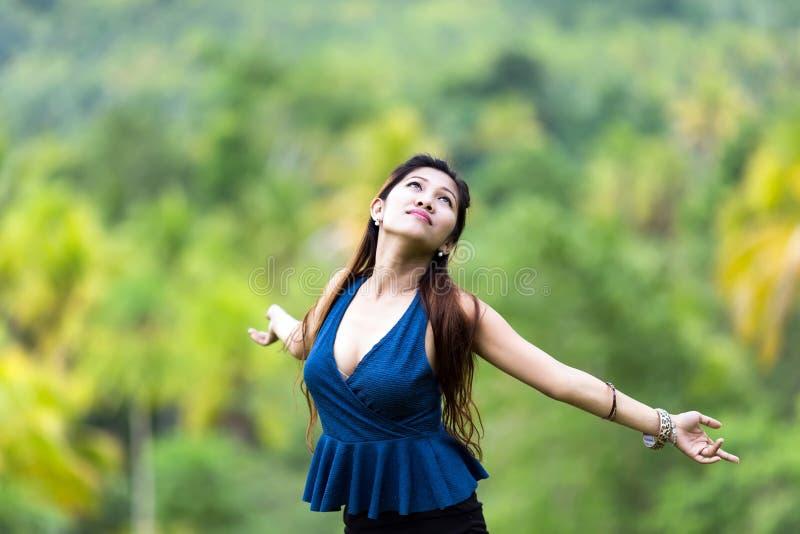 Het mooie jonge vrouw omhelzen royalty-vrije stock fotografie