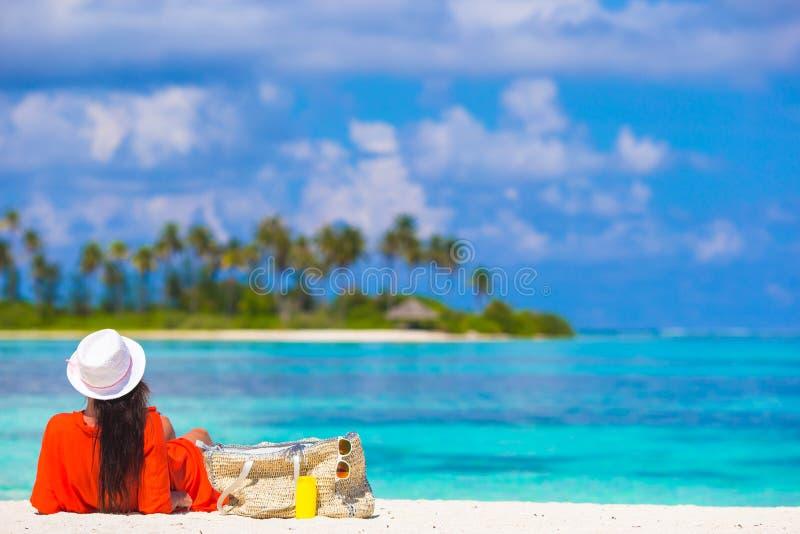 Het mooie jonge vrouw ontspannen bij strand royalty-vrije stock afbeeldingen