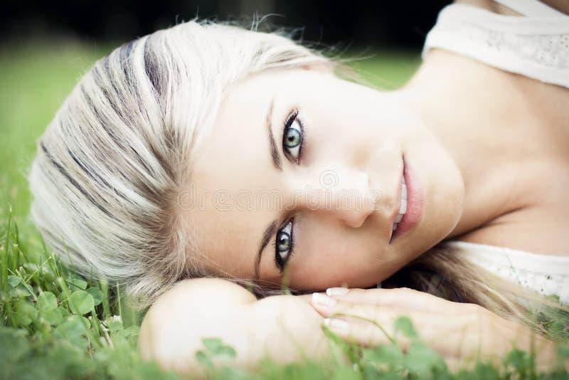 Het mooie jonge vrouw ontspannen in de aard stock fotografie