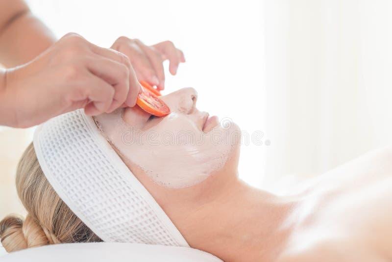 Het mooie jonge vrouw ontspannen met handmassage in beauty spa Gezichtsmassage en Kuuroord Omhoog gesloten van het jonge mooie vr royalty-vrije stock foto's