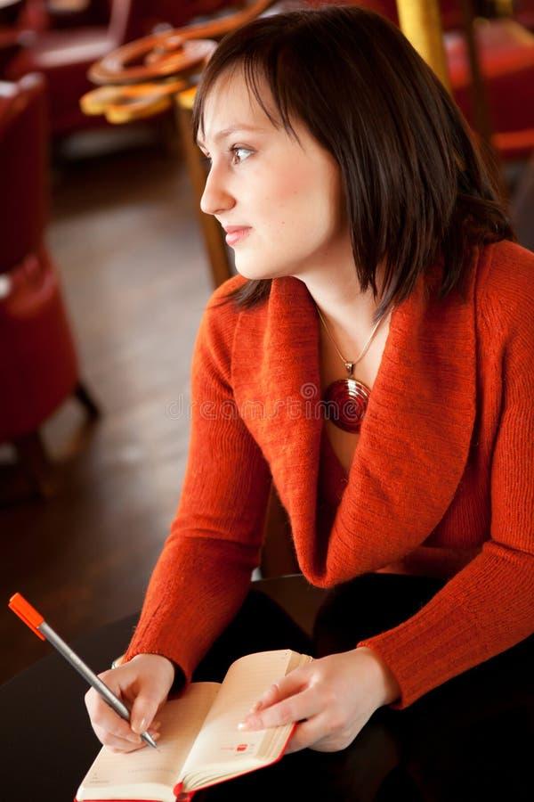 Het mooie jonge vrouw schrijven
