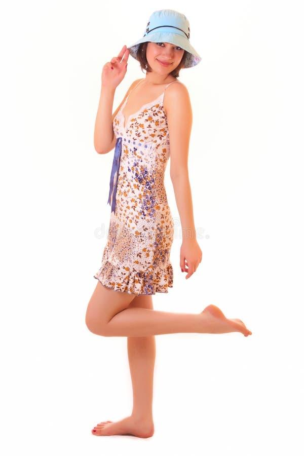 Het mooie jonge vrouw stellen in blauwe hoed stock fotografie