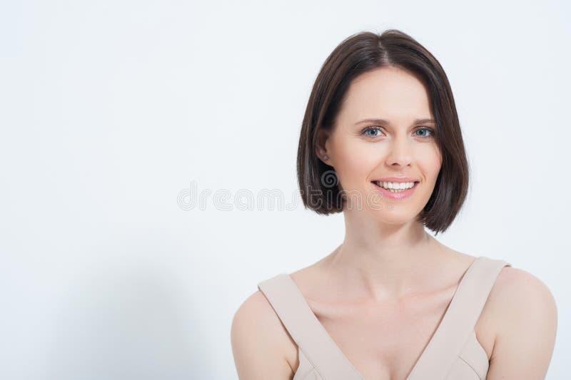 Het mooie jonge vrouw stellen in dres royalty-vrije stock fotografie