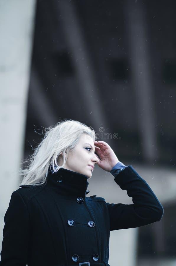 Het mooie jonge vrouw stellen met futuristische achtergrond stock foto's