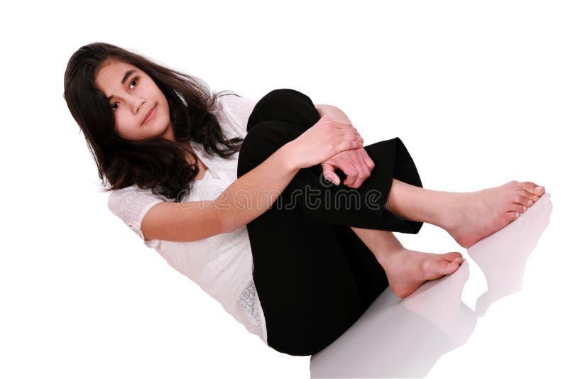 Het mooie jonge vrouw of tiener ontspannen op vloer royalty-vrije stock fotografie