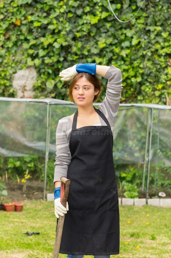 Het mooie jonge vrouw tuinieren royalty-vrije stock foto