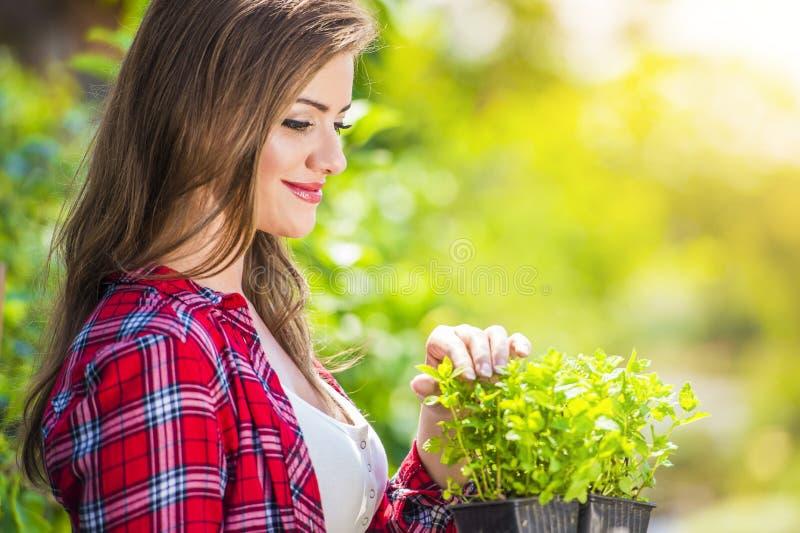 Het mooie jonge vrouw tuinieren royalty-vrije stock afbeeldingen
