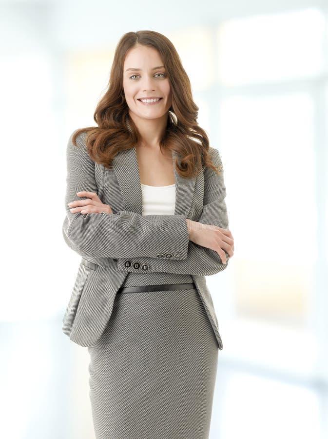 Het mooie jonge vrouwelijke uitvoerende glimlachen royalty-vrije stock foto