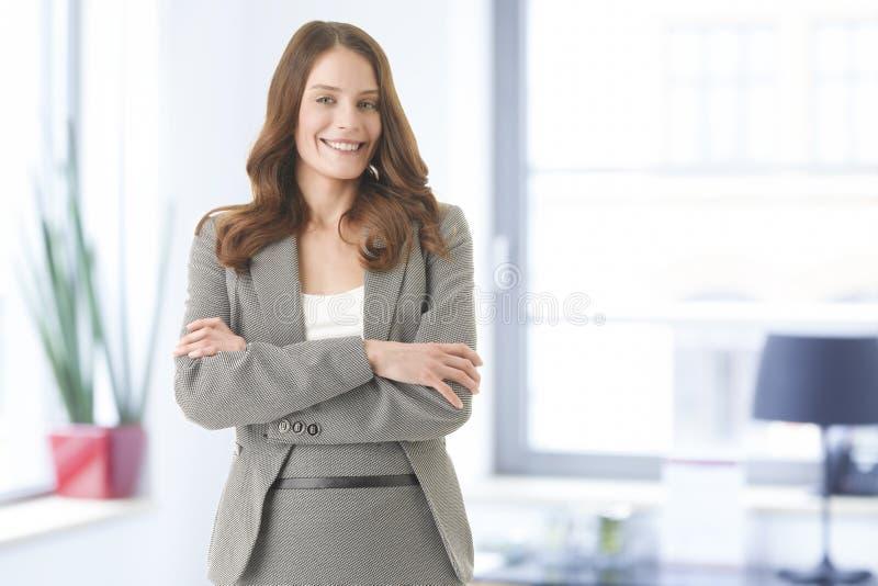 Het mooie jonge vrouwelijke uitvoerende glimlachen stock foto