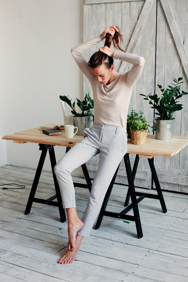 het mooie jonge vrouwelijke vrouw ontspannen thuis in luie weekendochtend met kop van koffie royalty-vrije stock foto's
